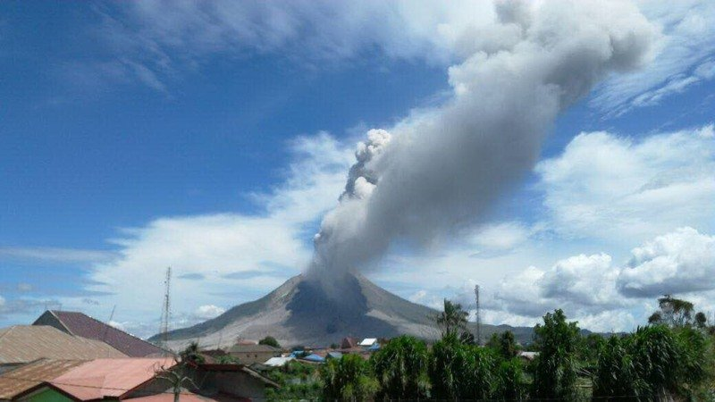 https: img.okeinfo.net content 2019 04 18 512 2044958 gunung-merapi-semburkan-awan-panas-hingga-1-45-km-hLMrESWdU8.jpg