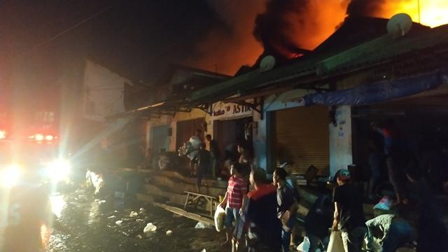 https: img.okeinfo.net content 2019 04 18 519 2044970 kebakaran-sudah-6-jam-petugas-kesulitan-padamkan-api-di-pasar-lawang-YZXMIiJJgN.jpg