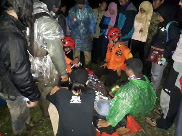 https: img.okeinfo.net content 2019 04 21 512 2045992 gadis-remaja-asal-jakarta-jatuh-ke-jurang-saat-mendaki-gunung-sindoro-Dtas3hNOkM.JPG