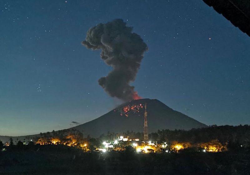 https: img.okeinfo.net content 2019 04 22 337 2046457 pvmbg-jelaskan-kondisi-gunung-agung-pasca-erupsi-cJLdjpYKBU.jpg