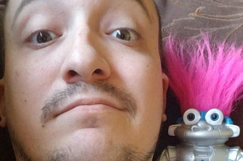 https: img.okeinfo.net content 2019 04 23 196 2046850 hampir-2-tahun-jalani-hubungan-pria-ini-ingin-nikahi-robot-kesayangannya-vEKQuzfaaj.jpg