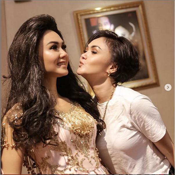 https: img.okeinfo.net content 2019 04 24 406 2047509 pertama-kali-di-indonesia-patung-lilin-yuni-shara-mejeng-di-museum-musik-dunia-mxNQVjWUOu.jpg