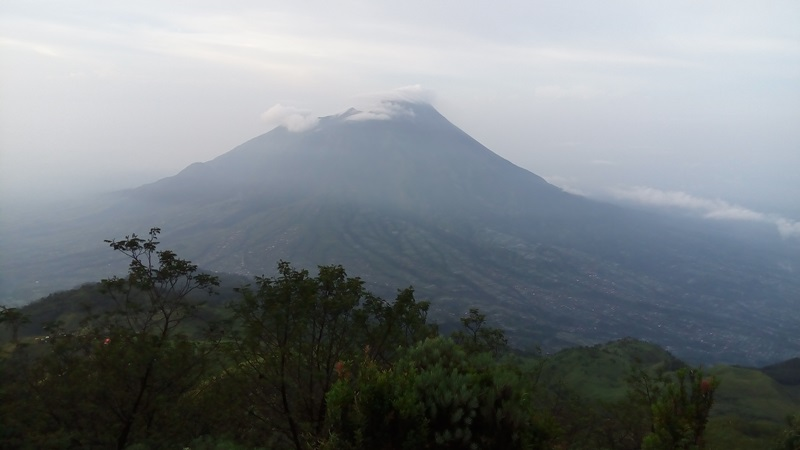 https: img.okeinfo.net content 2019 04 24 510 2047331 gunung-merapi-luncurkan-2-guguran-lava-sejauh-1-000-meter-SD4jqguEyH.jpg