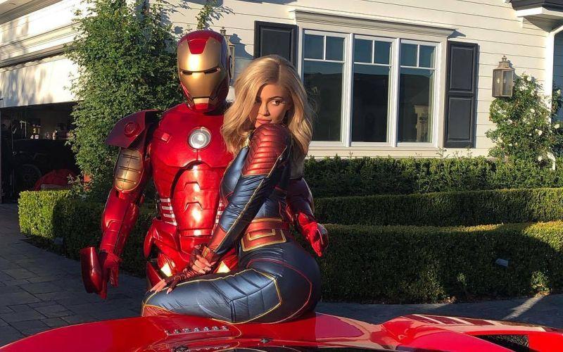 https: img.okeinfo.net content 2019 04 26 206 2048618 foto-bareng-iron-man-kylie-jenner-seksi-berbalut-kostum-captain-marvel-Emlq4ys0t2.jpg
