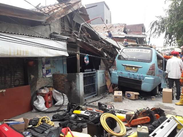 https: img.okeinfo.net content 2019 04 26 338 2048376 1-orang-meninggal-dan-3-lainnya-terluka-akibat-rumah-ambruk-di-tanah-tinggi-0KlNI3mJ0Q.jpg