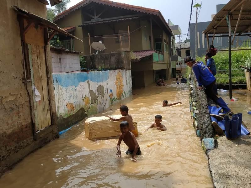 https: img.okeinfo.net content 2019 04 26 338 2048379 banjir-terjang-32-titik-di-jakarta-2-orang-meninggal-dan-2-258-jiwa-mengungsi-HiXinxiWQm.jpeg