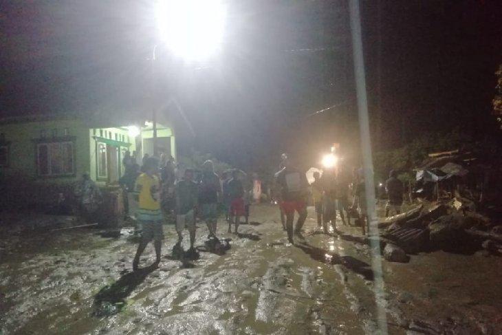 https: img.okeinfo.net content 2019 04 29 340 2049158 puluhan-rumah-warga-desa-balongga-sigi-rusak-diterjang-banjir-RRjXL5675d.jpg