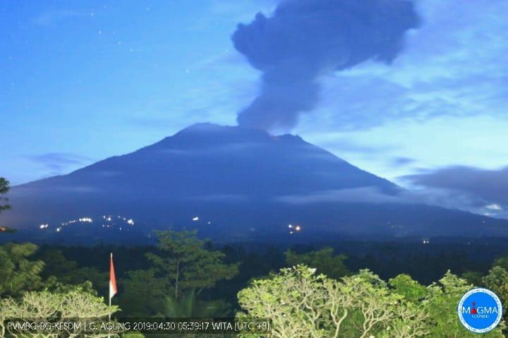 https: img.okeinfo.net content 2019 04 30 244 2049760 gunung-agung-erupsi-2-kecamatan-terpapar-hujan-abu-iIqTSR5G7t.jpg