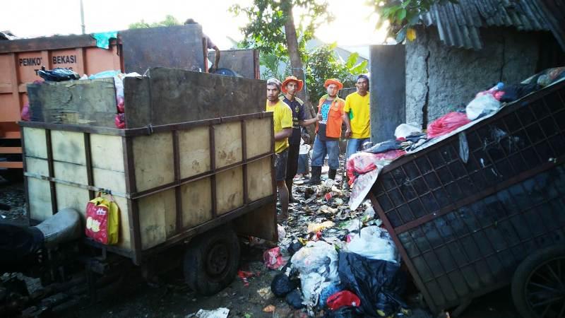 https: img.okeinfo.net content 2019 05 02 338 2050391 3-bulan-tak-diangkut-sampah-warga-di-bekasi-menumpuk-dan-membusuk-dC9jwUNIDI.jpg