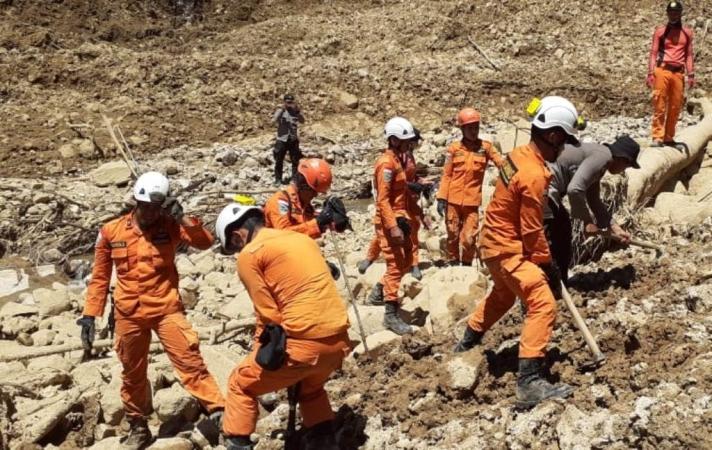 https: img.okeinfo.net content 2019 05 03 340 2050974 cerita-di-balik-pencarian-korban-longsor-dekat-gunung-bungkuk-bengkulu-sbObHrvuCt.jpg
