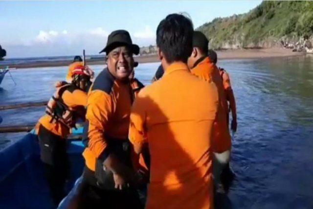 https: img.okeinfo.net content 2019 05 04 510 2051519 tim-sar-temukan-jenazah-mahasiswa-tewas-tenggelam-di-pantai-sanglen-diy-fiD6bDt4z7.jpg