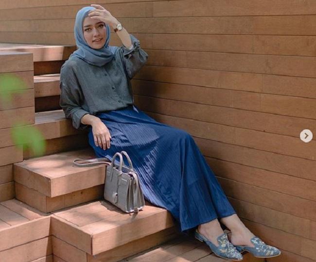 https: img.okeinfo.net content 2019 05 05 194 2051807 inpsirasi-gaya-hijab-simpel-ala-mega-iskanti-bisa-untuk-acara-bukber-nih-sb3fGcbhh1.jpg