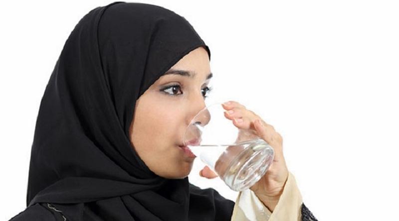 https: img.okeinfo.net content 2019 05 06 616 2052120 cegah-dehidrasi-begini-aturan-minum-air-putih-yang-benar-saat-sahur-dan-buka-puasa-P8Uor3KhjE.jpg