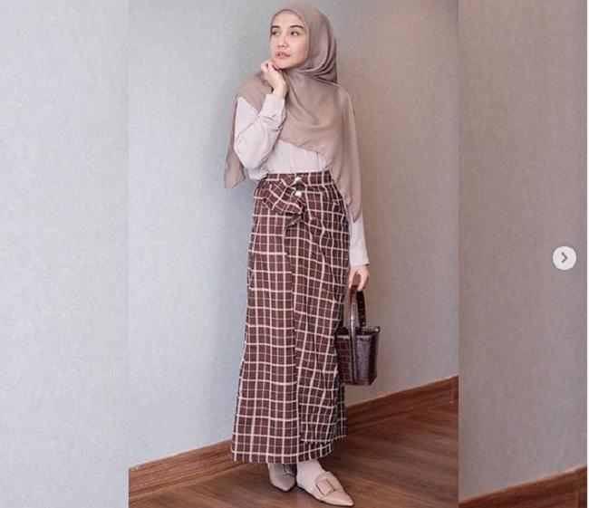 https: img.okeinfo.net content 2019 05 07 194 2052409 gaya-hijab-chic-ala-zaskia-sungkar-untuk-hangout-dan-buka-puasa-gG6AYjGDsX.jpg