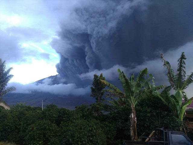 https: img.okeinfo.net content 2019 05 07 608 2052434 gunung-sinabung-kembali-erupsi-tinggi-kolom-abu-hingga-2-000-meter-unUgE9wpjC.jpg