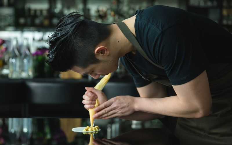 https: img.okeinfo.net content 2019 05 12 298 2054568 pesona-chef-reynold-poernomo-juri-tamu-di-masterchef-indonesia-x1GLXSXO8h.jpg