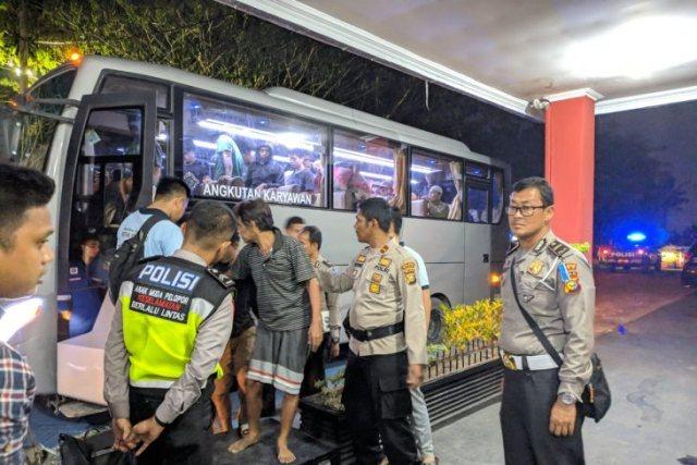 https: img.okeinfo.net content 2019 05 12 340 2054577 pemindahan-napi-rutan-siak-ke-pekanbaru-dikawal-ketat-petugas-gabungan-pn7U7hCjf7.jpg