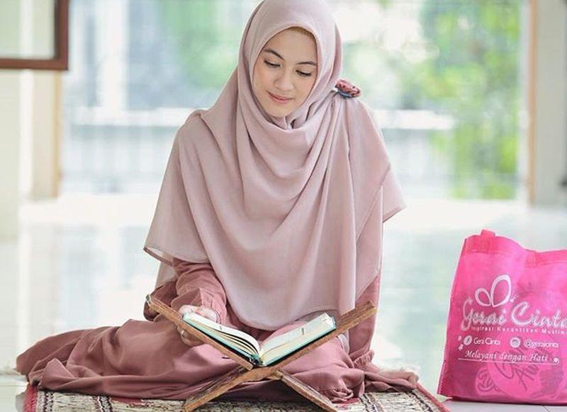 https: img.okeinfo.net content 2019 05 13 194 2055239 hijab-style-ala-alyssa-soebandono-cocok-untuk-hangout-setelah-tarawih-agrvCukt1D.jpg