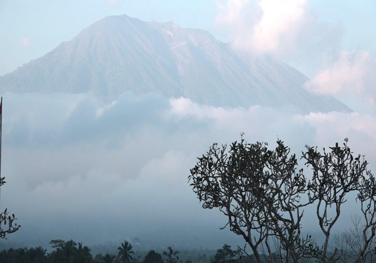 https: img.okeinfo.net content 2019 05 13 244 2054877 pasca-erupsi-gunung-agung-warga-diminta-hindari-zona-bahaya-Vp9v0WdliH.jpg