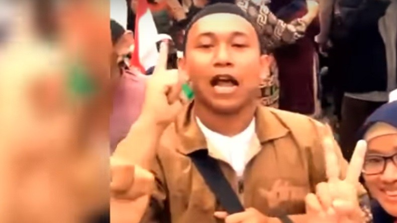 https: img.okeinfo.net content 2019 05 13 338 2055131 polisi-buru-perempuan-perekam-video-penggal-kepala-jokowi-QGafC3GhqY.jpg