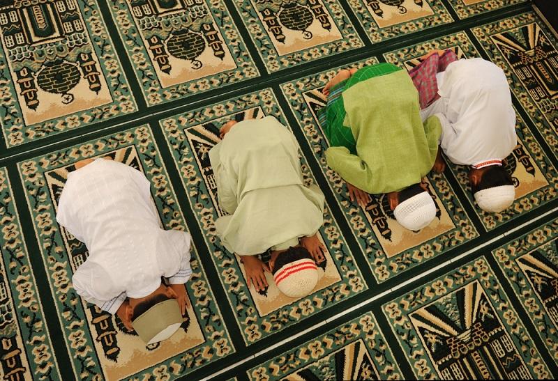 https: img.okeinfo.net content 2019 05 13 614 2055130 lebih-baik-mana-salat-tarawih-di-masjid-atau-di-rumah-zsfqnSQb2d.jpg