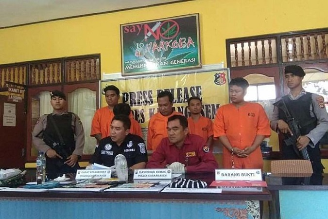 https: img.okeinfo.net content 2019 05 14 244 2055428 asyik-pesta-narkoba-4-warga-karangasem-ditangkap-WLmwj6061l.jpg