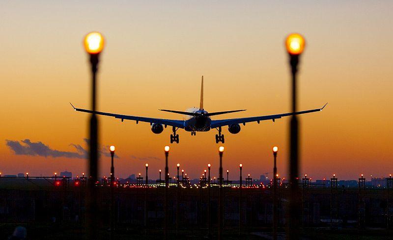 https: img.okeinfo.net content 2019 05 14 320 2055466 harga-tiket-pesawat-turun-16-hanya-untuk-kelas-ekonomi-rG6ZEz8vED.jpg