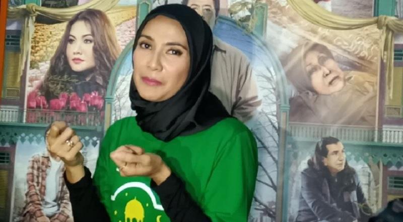 https: img.okeinfo.net content 2019 05 14 33 2055721 gunakan-hijab-maudy-koesnaedi-konsisten-tutup-aurat-2EXJ2z8rtq.jpg
