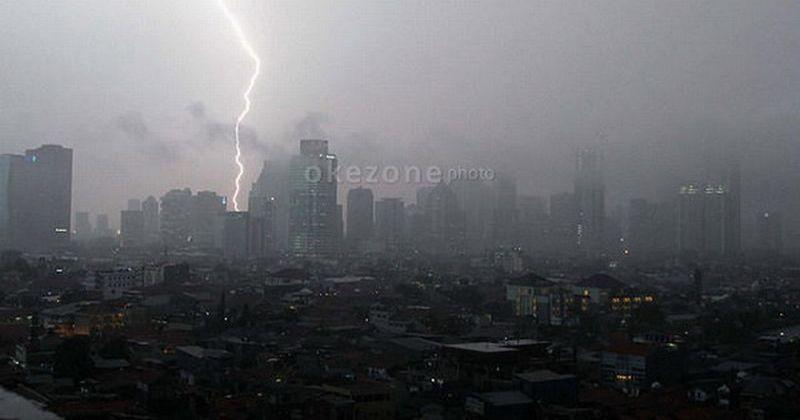 https: img.okeinfo.net content 2019 05 16 338 2056259 jakarta-timur-berpotensi-hujan-disertai-kilat-dan-petir-hari-ini-eCuLG8Qfhp.jpg