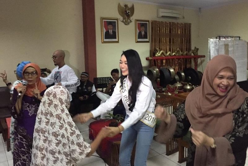 https: img.okeinfo.net content 2019 05 16 612 2056713 miss-indonesia-2019-princess-megonondo-buka-puasa-bersama-lansia-di-panti-sosial-GX0hySqcrz.jpeg