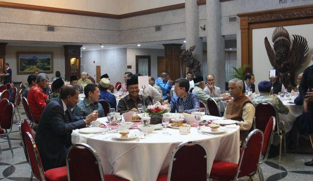 https: img.okeinfo.net content 2019 05 18 337 2057431 dubes-ngurah-swajaya-bukber-dengan-pejabat-singapura-tokoh-agama-s6vIuvJIY8.jpg