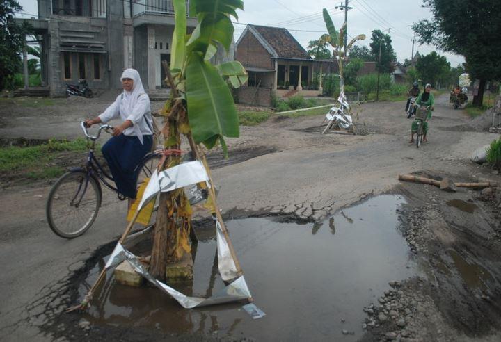 https: img.okeinfo.net content 2019 05 19 608 2057591 warga-swadaya-tambal-jalur-mudik-yang-berlubang-di-sumut-04RzyWP4TH.JPG