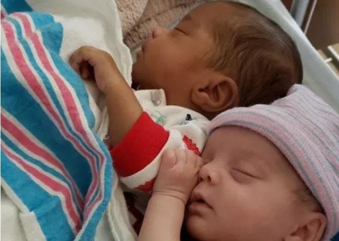 https: img.okeinfo.net content 2019 05 20 481 2057761 curhatan-ibu-yang-punya-anak-kembar-beda-warna-kulit-BHtH06tAB9.jpg