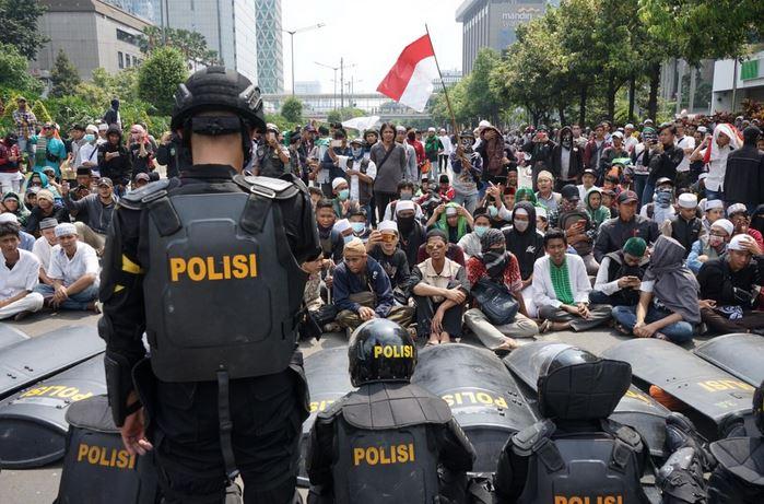 Bahkan tak sedikit Netizen setuju bahwa para perusuh tersebut harus diamankan oleh aparat.