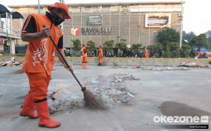 https: img.okeinfo.net content 2019 05 23 337 2059346 potret-pasukan-oranye-bersihkan-sampah-sisa-bentrok-di-depan-gedung-bawaslu-2I1Rgo2YX8.jpg