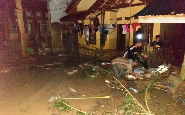 https: img.okeinfo.net content 2019 05 23 340 2059469 banjir-bandang-terjang-4-kecamatan-di-banten-puluhan-rumah-rusak-berat-qU73Vb1aX0.jpg
