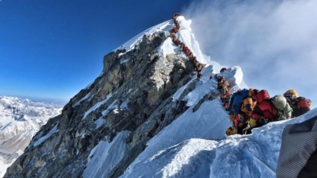 https: img.okeinfo.net content 2019 05 24 18 2060093 tiga-pendaki-tewas-akibat-kelelahan-saat-antre-menuju-puncak-gunung-everest-Whpt1d17xq.jpg
