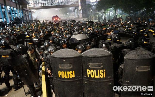 https: img.okeinfo.net content 2019 05 24 337 2060129 ribuan-polisi-masih-siaga-di-kawasan-bawaslu-ri-DAwKFBYlFE.jpg