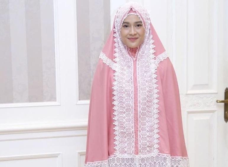 https: img.okeinfo.net content 2019 05 26 194 2060535 5-artis-ini-punya-bisnis-mukena-dan-baju-muslim-gatkfLzTiB.jpg