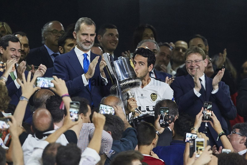 https: img.okeinfo.net content 2019 05 26 46 2060570 tekuk-barcelona-di-final-copa-del-rey-pelatih-valencia-ini-prestasi-luar-biasa-5YBuyr2PJq.jpg