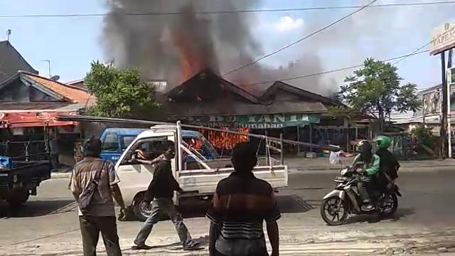 https: img.okeinfo.net content 2019 05 28 338 2061367 diduga-korsleting-listrik-warung-makan-di-depok-terbakar-miqb2cGo9K.png