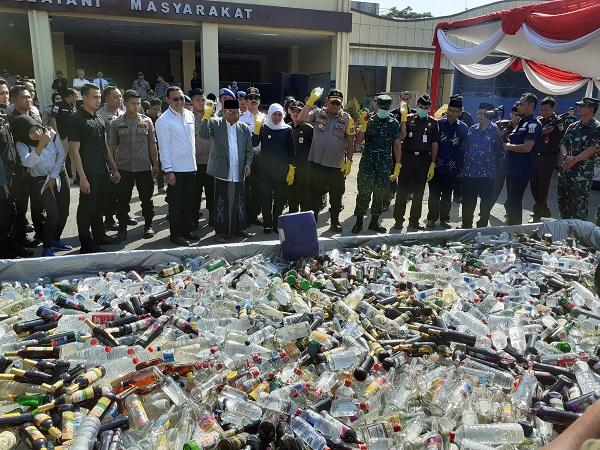 https: img.okeinfo.net content 2019 05 28 519 2061256 70-ribu-botol-miras-ilegal-dan-5-5-kg-sabu-dimusnahkan-polda-jatim-hXnx86kqdR.jpg