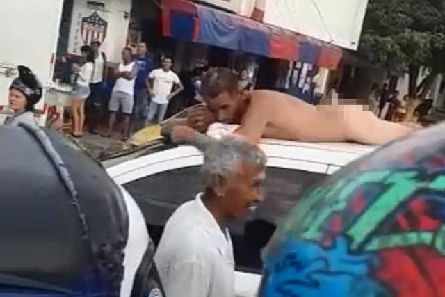 https: img.okeinfo.net content 2019 05 29 18 2061836 ketahuan-selingkuh-pria-ini-diarak-telanjang-di-atap-mobil-CmObClz54m.jpg