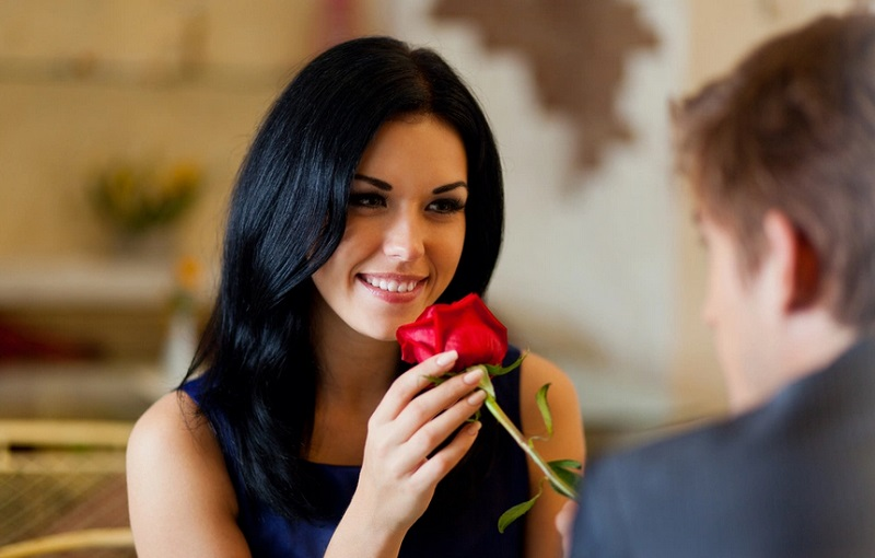 https: img.okeinfo.net content 2019 05 30 196 2062176 9-alasan-wanita-menyukai-pria-yang-usianya-jauh-lebih-tua-thebN592Pc.jpg