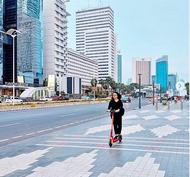 https: img.okeinfo.net content 2019 05 31 15 2062491 skuter-listrik-moda-transportasi-tunggal-di-ibukota-jakarta-LJy1gXRlgM.jpg
