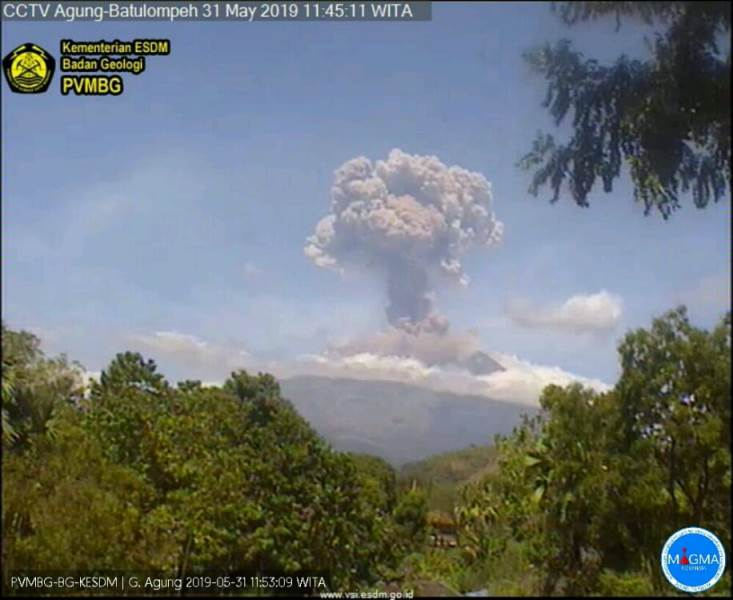 https: img.okeinfo.net content 2019 05 31 244 2062460 gunung-agung-kembali-erupsi-semburkan-kolom-abu-2-000-meter-botQGwhFtM.jpg