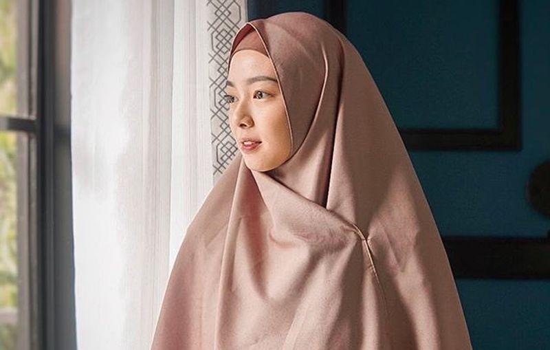 https: img.okeinfo.net content 2019 05 31 617 2062658 tampilan-hijab-ala-lindswell-kwok-tetap-trendi-meskipun-hamil-OGQ5DPq451.jpg