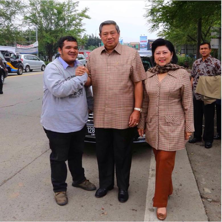https: img.okeinfo.net content 2019 06 01 15 2062895 kenangan-ani-yudhoyono-di-dalam-mercedes-benz-pernah-dipepet-pengendara-motor-CuzR9NLk8P.png