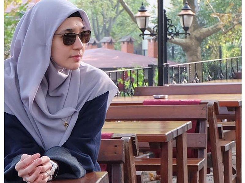 https: img.okeinfo.net content 2019 06 03 196 2063348 hijab-style-dhini-aminarti-untuk-lebaran-enggak-ribet-7kZ60sz6oF.jpg