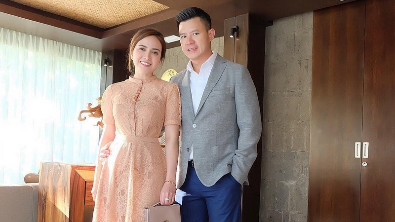 https: img.okeinfo.net content 2019 06 04 33 2063579 shandy-aulia-pajang-foto-di-ranjang-bareng-suami-netizen-enggak-pantas-HeqDwnGE7w.jpg